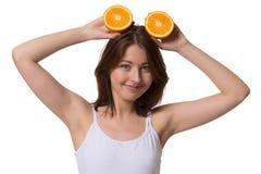 Glückliche Frau hält halfs der Orange oben lizenzfreie stockfotos