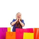 Glückliche Frau hinter Einkaufstaschen Stockfoto