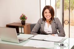 Glückliche Frau in ihrem Büro lizenzfreies stockfoto
