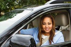 Glückliche Frau in ihrem Neuwagen Stockbilder