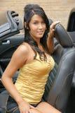 Glückliche Frau im Auto Stockbild