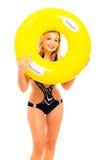 Glückliche Frau im Badeanzug mit Gummiring Lizenzfreies Stockbild