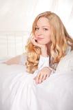 Glückliche Frau im Bett Stockfotos