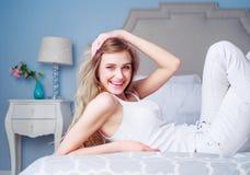 Glückliche Frau im Bett zu Hause Lizenzfreies Stockbild
