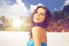 Glückliche Frau im Bikinibadeanzug auf tropischem Strand Stockbild
