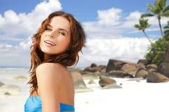 Glückliche Frau im Bikinibadeanzug auf tropischem Strand Lizenzfreie Stockbilder