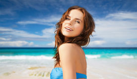 Glückliche Frau im Bikinibadeanzug auf tropischem Strand Stockfotografie