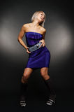 Glückliche Frau im blauen Kleid Stockbilder