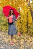 Glückliche Frau im Freien mit einem Regenschirm Stockfoto