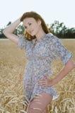 Glückliche Frau im goldenen Weizen stockbilder