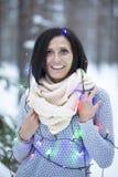 Glückliche Frau im Holz lizenzfreies stockfoto