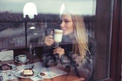 Glückliche Frau im Kaffee stockfoto