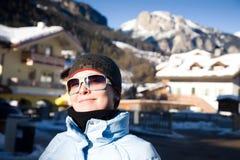 Glückliche Frau im kleinen italienischen Alpen-Dorf Lizenzfreies Stockbild