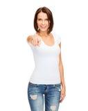 Glückliche Frau im leeren weißen T-Shirt zeigend auf Sie Stockfotografie