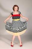 Glückliche Frau im Schwarzweiss-Kleid Stockfotografie