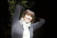 Glückliche Frau im Sonnenlicht Stockbild
