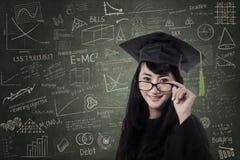 Glückliche Frau im Staffelungskleid an der Klasse Lizenzfreie Stockfotografie