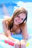 Glückliche Frau im Swimmingpool lizenzfreies stockbild