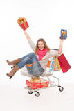 Glückliche Frau im Warenkorb mit Geschenken Lizenzfreie Stockfotografie