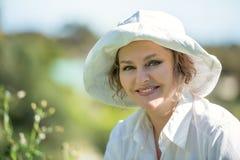 Glückliche Frau im Weiß draußen Lizenzfreie Stockfotos