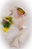 Glückliche Frau im Weiß mit Blumen Lizenzfreie Stockfotografie
