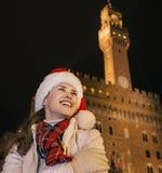 Glückliche Frau im Weihnachtshut in Florenz, das Abstand untersucht Stockfoto