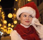 Glückliche Frau im Weihnachtshut in Florenz, Italien, das beiseite schaut Lizenzfreie Stockfotografie