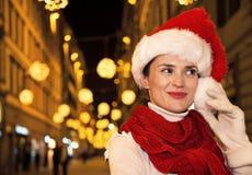 Glückliche Frau im Weihnachtshut in Florenz, Italien, das beiseite schaut Lizenzfreie Stockfotos