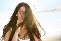 Glückliche Frau im Wind stockfoto