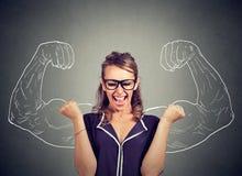 Glückliche Frau jubelt pumpende Fäuste feiert Erfolg lizenzfreie stockfotos