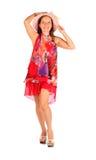 Glückliche Frau kleidete pareo und Hutin den haltungen an Stockfoto