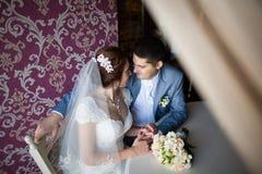Glückliche Frau, Mann, der bei Tisch im Café, Restaurant sitzt schöne Paare von den jungen Leuten, die, Händchenhalten, lächelnd  Lizenzfreie Stockbilder