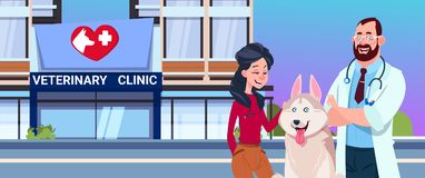 Glückliche Frau mit Äußerem Hunde-und Tierarzt-Doktor-Over Veterinary Clinic Lizenzfreies Stockfoto