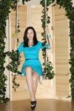 Glückliche Frau mit Apfel sitzt auf Schwingen Lizenzfreie Stockbilder