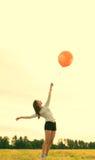 Glückliche Frau mit Ballonen Stockfotografie