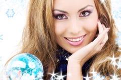 Glückliche Frau mit blauer Weihnachtskugel Stockfoto