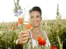 Glückliche Frau mit Blumenstrauß Stockbilder