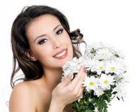 Glückliche Frau mit Blumenstrauß der Blumen lizenzfreie stockbilder