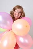 Glückliche Frau mit bunten Ballonen Lizenzfreie Stockfotografie