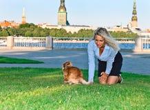 Glückliche Frau mit Chihuahua im Park Lizenzfreie Stockfotografie