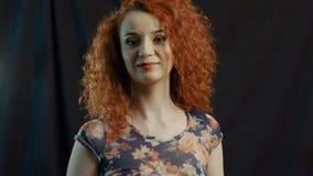 Glückliche Frau mit dem ausgezeichneten Haar rostig auf Schwarzem stock video footage