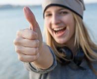 Glückliche Frau mit dem Daumen oben Lizenzfreies Stockfoto