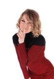 Glückliche Frau mit dem Finger über Mund Lizenzfreies Stockbild