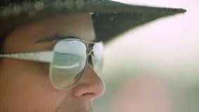 Glückliche Frau mit dem Hut, der Ozean, Reflexion gesehen durch ihre Sonnenbrille betrachtet stock video