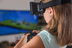 Glückliche Frau mit dem Kopfhörer und Steuerknüppel der virtuellen Realität, die vr Spiele spielen lizenzfreie stockfotografie