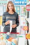 Glückliche Frau mit dem Lebensmittelgeschäftempfang stockbild