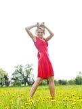 Glückliche Frau mit dem schlampigen Haar in der Natur Stockfotografie