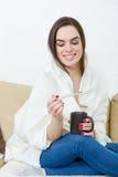 Glückliche Frau mit dem Thermometer geheilt von den Kälten stockfoto