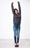 Glückliche Frau mit den angehobenen Händen oben Stockfoto