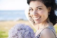 Glückliche Frau mit der Aufstellung der dunklen Haare Lizenzfreies Stockbild